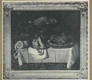 Stilleven van vruchten en gebraden kip op een tafel met oosters kleed en wit dekservet