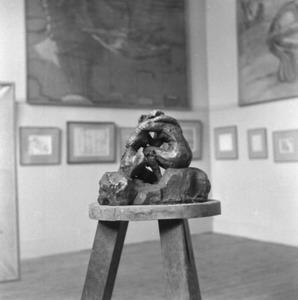 Het atelier van Antoine Bourdelle met een brons van een zittende vrouw