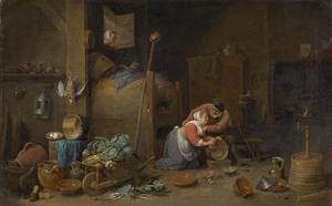 Interieur met oude man die een keukenmeid betast