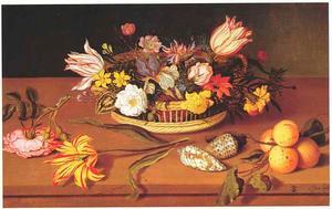 Bloemen in een mand, met losse bloemen, schelpen en abrikozen