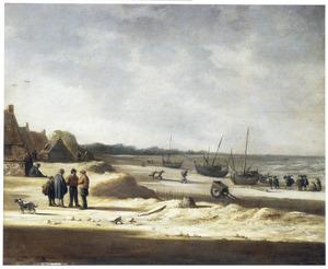 Strandgezicht met op het starnd getrokken vissersboten, vissers, wandelaars en een stoeiend paar ('vrouwenspoelerij')