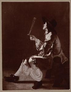Een zittende jonge man met een fluitglas in de hand