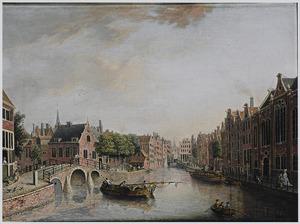 Gezicht op het Spui ter hoogte van de Nieuwezijds Voorburgwal te Amsterdam met de ingang van het Begijnhof