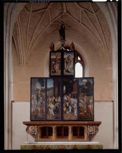 Maria met kind in een mandorla (buitenzijde linker bovenluik); Johannes de Doper (buitenzijde rechter bovenluik); Het verzamelen van de manna, het spijzen van de hongerigen (buitenzijde linkerluik); Het spijzen van de hongerigen, de ontmoeting tussen Abraham en Melchizedek (buitenzijde rechterluik)
