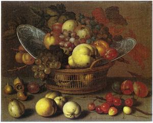 Vruchten en twee porseleinen borden in een mand en vruchten op een stenen plint