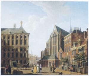 Gezicht op de Dam te Amsterdam, met links het paleis en rechts de Nieuwe Kerk