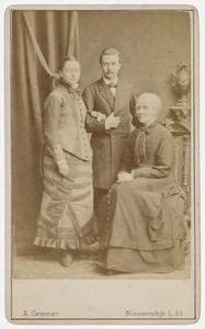 Portret van Debora Geertruida Verkade (1828-1904), Ericus Gerardus Duyvis (1852-1937) en een vrouw, waarschijnlijk Guurtje van de Stadt (1854-1936)