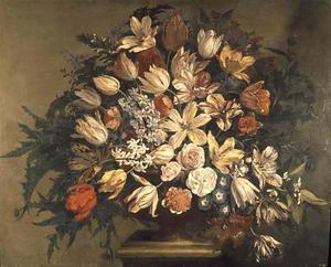 Stilleven van tulpen en andere bloemen in een vaas op een piëdestal