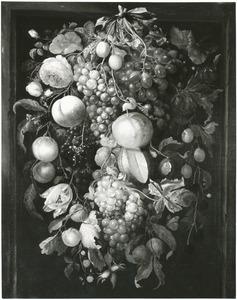 Festoen van bloemen en vruchten, hangend aan een strik, in een nis