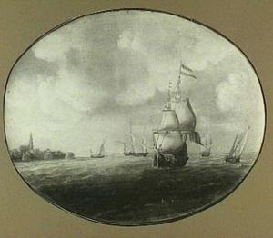 Driemaster en andere vaartuigen op een onbekende rede; links op de achtergrond het silhouet van een havenstad