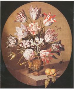 Bloemen in een geornamenteerde vaas, met perziken, een veldmuis en een slak, op een stenen plint
