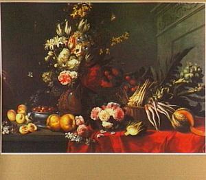 Stilleven van vruchten, groente en een boeket bloemen op een tafel