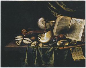 Vanitasstillleven met schelpen, muziekinstrumenten en andere objecten op een gedekte tafel