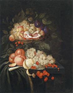 Vruchtenstilleven met druiven, perziken, bessen, kersen een geschilde citroen en andere vruchten