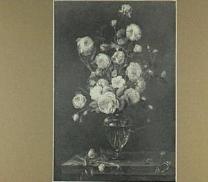 Bloemstilleven van rozen in een glazen vaas op een stenen plint