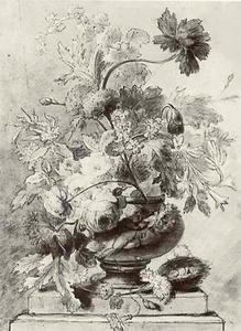 Bloemstilleven in een vaas en een vogelnest op een piëdestal