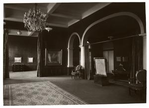 Tentoonstellingszaal bij Kunstzaal Kleykamp, Den Haag met schilderijen van W.H. Singer
