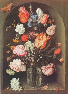 Bloemen in glazen fles in een stenen nis