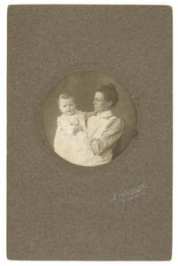 Portret van Marian Catharine Gobius (1910-1994) en zuster Van Dijk