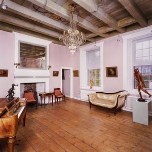 Engeltjeskamer met beschilderd balkenplafond en laat 17de-eeuwse schoorsteenbetimmering