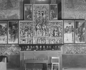De gevangenneming van Christus, Ecce homo, Christus in de tuin der olijven (binnenzijde linkerluiken); De annunciatie, de geboorte, de aanbidding van de koningen, de presentatie in de tempel, de vlucht naar Egypte, de doornenkroning, de kruisiging, de verrijzenis (midden); De tenhemelopneming, Pinksteren, de ongelovige Thomas (buitenzijde rechterluiken)