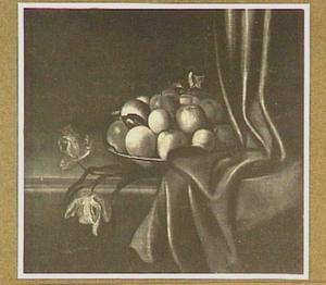 Stilleven van appels op een schaal, rechts een gordijn en links twee losse tulpen