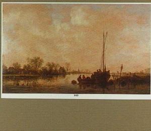 Riviergezicht met enkele boten bij een aanlegplaats