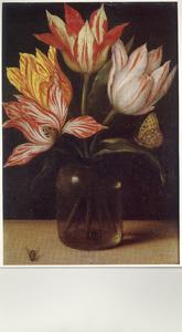 Glazen vaas met vier tulpen