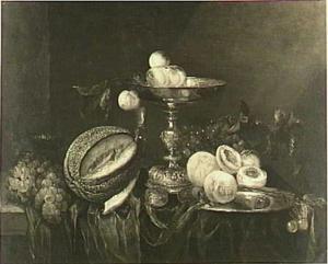 Stilleven met fruit, horloge en zilveren tazza op een donker kleed