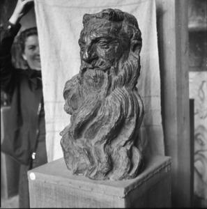 Het atelier van Antoine Bourdelle met een bronzen kop van Auguste Rodin