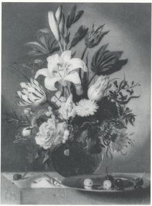 Vaas met bloemen en tinnen schotel met kersen, met een sprinkhaan en een slak, op een stenen plint