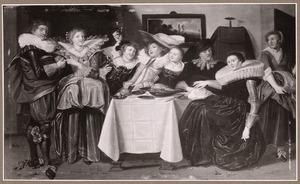 Elegant gezelschap van drinkende jonge dames en heren in een interieur