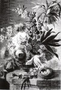 Bloemstilleven in een vaas en een vogelnest op een marmeren balustrade