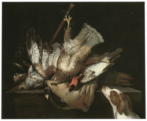 Jachtstilleven met een buizerd, een patrijs, een ijsvogel en een weitas op een stenen tafel met toekijkende spaniel