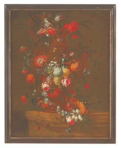 Slinger van bloemen rond een klasieke vaas met een oor