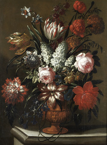 Bloemstilleven met rozen en tulpen in een terracotta vaas op een stenen plint