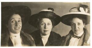 Portret van Woudrica Johanna Maria Gülcher (1881-1956), Amelia Jane Gülcher (1879-) en Melicent Agnes Gülcher (1882-1966)