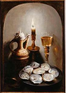 Stilleven met tinnen bord met oesters, kruik, kandelaar en wijnglas