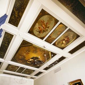 Cassettenplafond met 19 vakken voorzien met voorstellingen van Juno en Jupiter, de vier jaargetijden, de dag en de nacht en tekens van de dierenriem