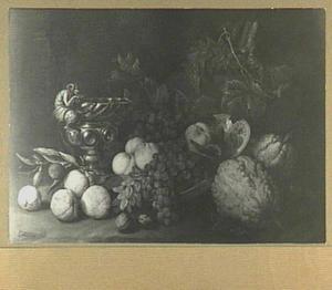 Stilleven van vruchten op een porseleinen bord; links een beker met een sater