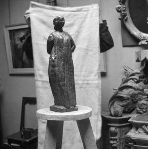 Het atelier van Antoine Bourdelle met een brons van een vrouw ten voeten uit