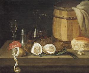 Stilleven van schaal met oesters, citroen, brood, oesterton, zoutvat en glaswerk