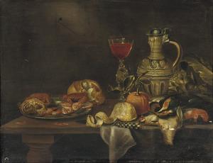 Stilleven op een tafel met een kruik, een wijnglas, een tinnen bord met krabben en garnalen, een citroen en gevogelte