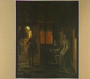 Dame die een man begroet in de hal van een huis, op de achtergrond het Vincentiushuis (Kloveniersburgwal 95, Amsterdam)