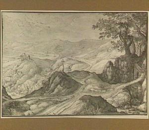 Heuvellandschap met landweg en kruis