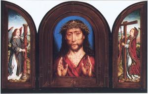 Engel met de geselpaal (links), Christus als Man van Smarten (midden), engel met het kruis en de lans (rechts)