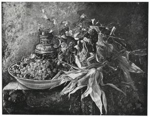 Stilleven met frambozen in blauwe schaal, een aardewerk kruik en mand met maiskolven en bloemen