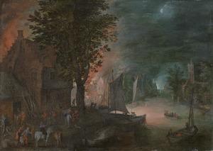 Brand in een dorp aan een rivier bij nacht