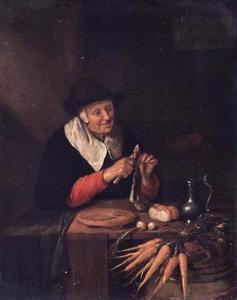 Oude vrouw die een haring schoonmaakt
