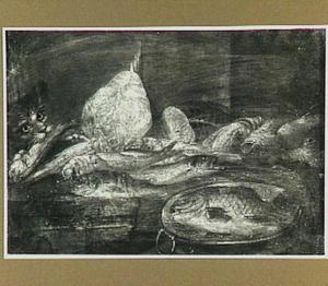Kat steelt een vis van een tafel vol met vissen